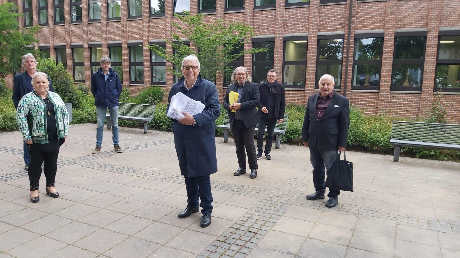 Peter Driessen überreicht Unterschriften