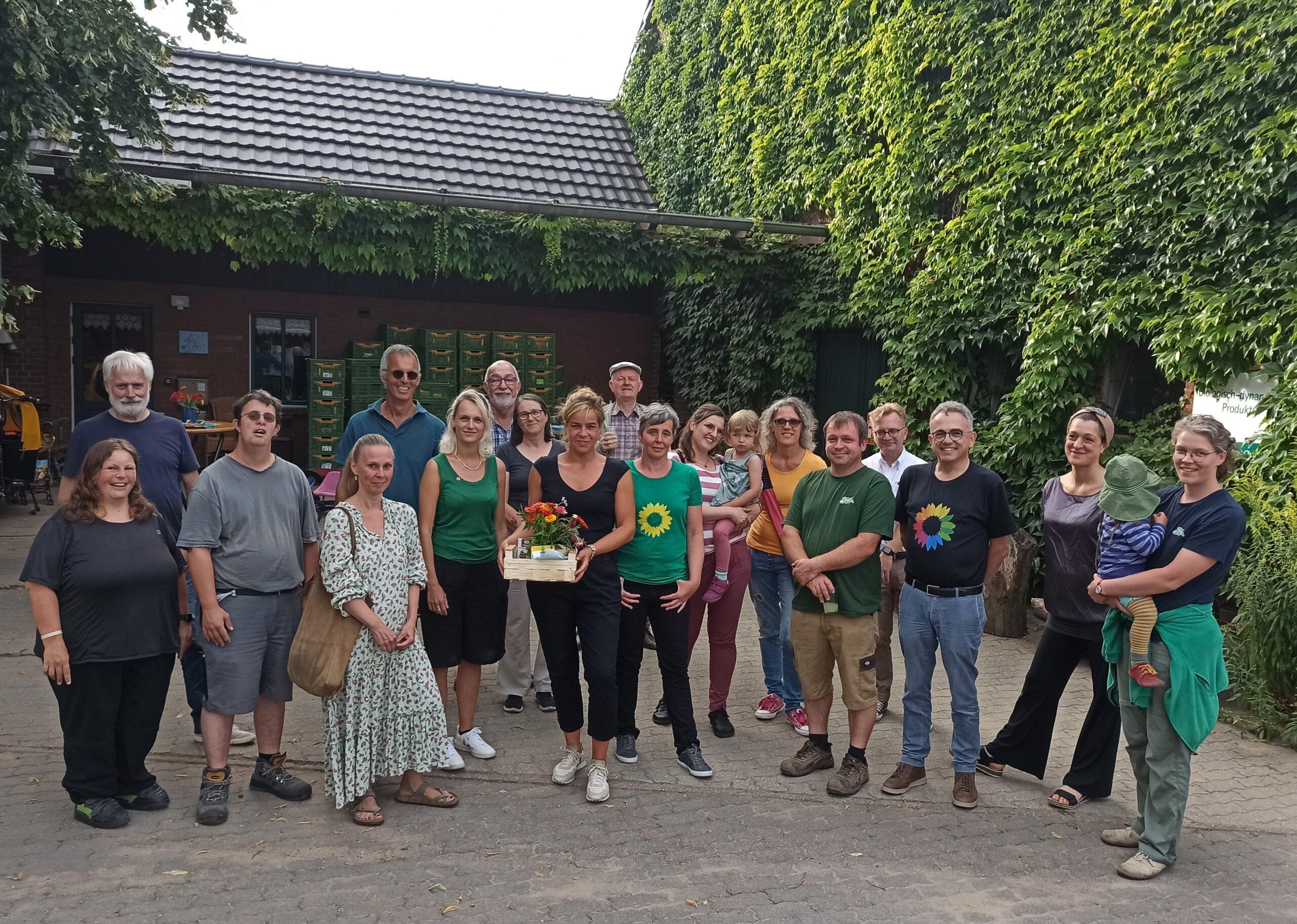 Mona Neubaur besucht den Bio-Hof Büsch in Weeze